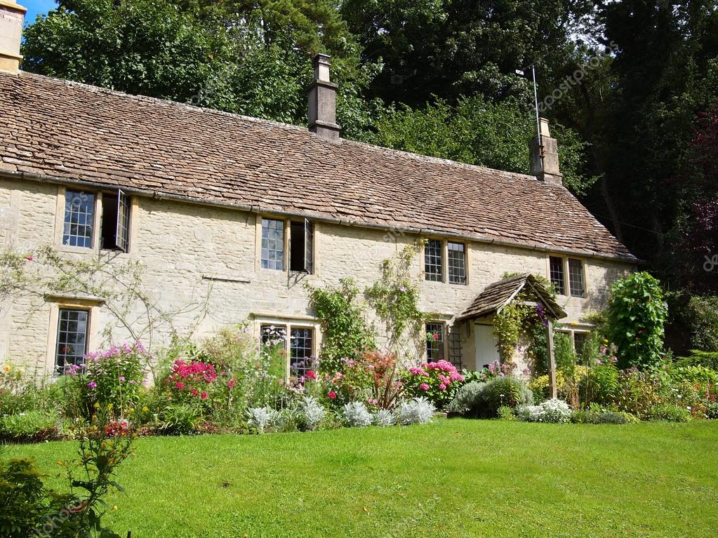 English cottage with flower garden stock editorial photo for Jardin de cottage anglais