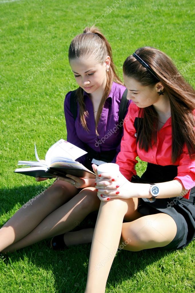 studentka-otdihaet-so-svoimi-odnokursnikami