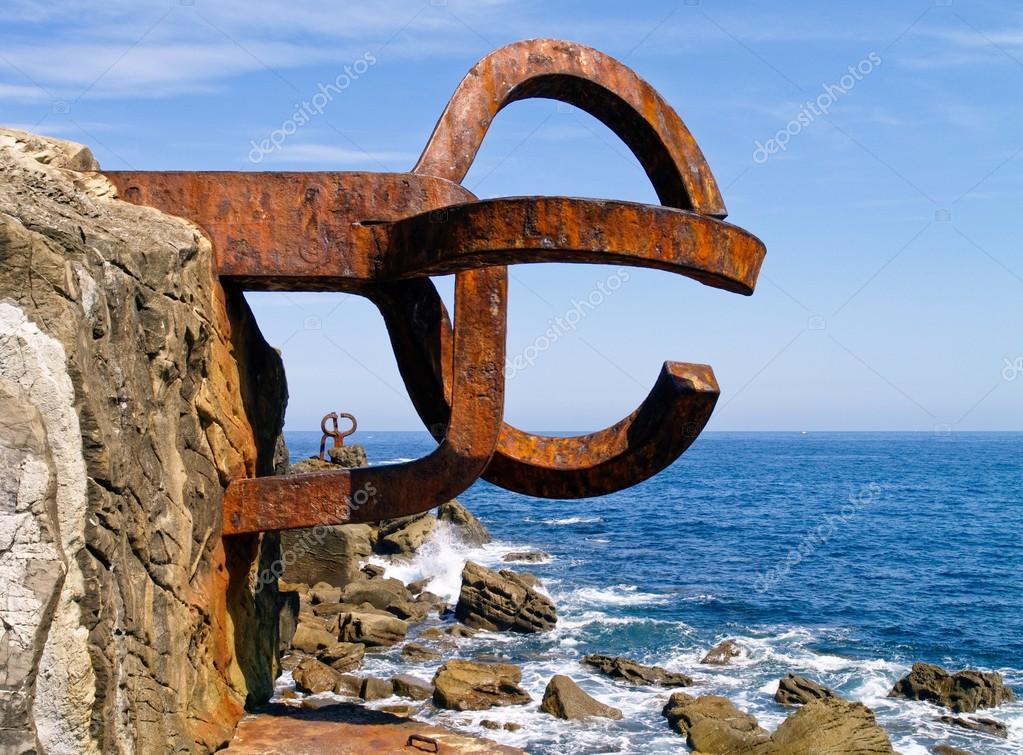 escultura el peine de los vientos en san sebastian, españa — foto