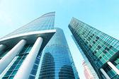 Panoramatické a budoucí širokoúhlý pohled na ocelové světle modré pozadí vzestupu sklo vysoká budova mrakodrap komerční moderní město budoucnosti. Podnikatelský koncept úspěšné průmyslové architektury