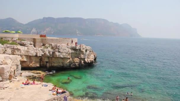 Calanques mezi Marseille a cassis, jižně od Francie
