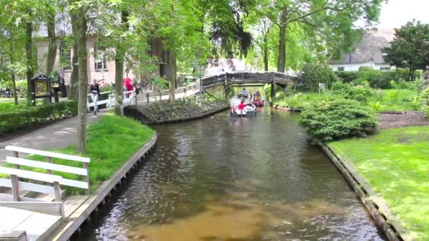 typické holandské domy a zahrady ve městě giethoorn, Nizozemsko
