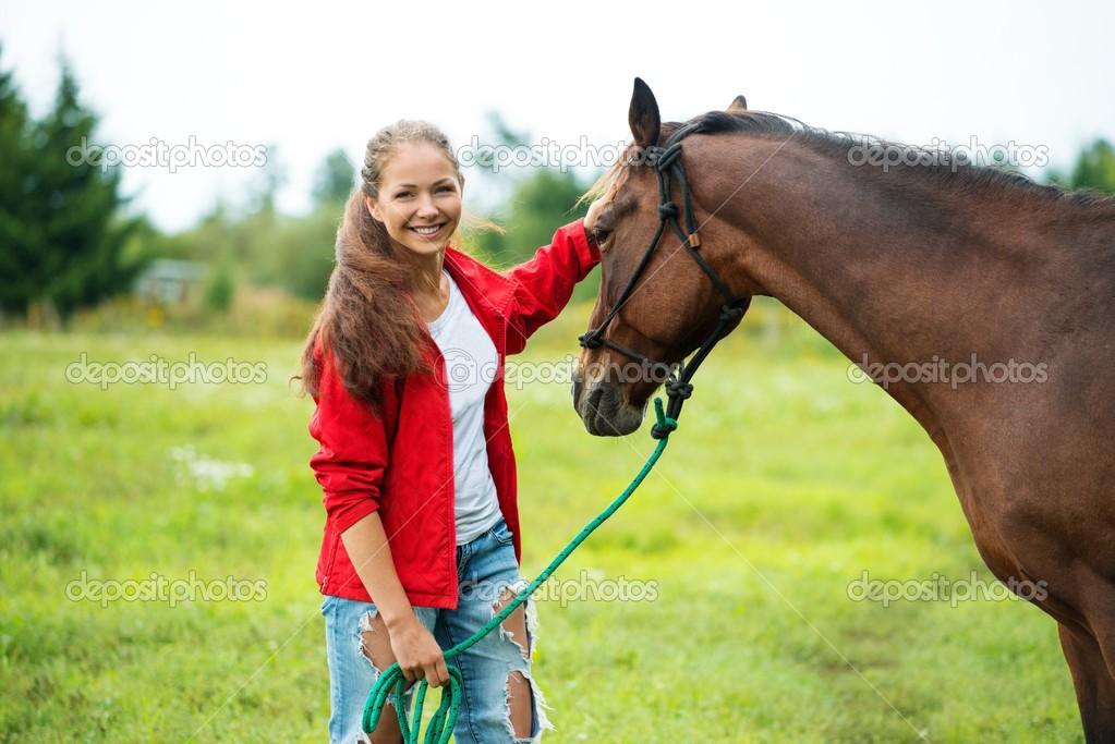 Mooi lachende meisje met haar bruin paard buitenshuis stockfoto nejron 32304289 - Kamer paard meisje ...