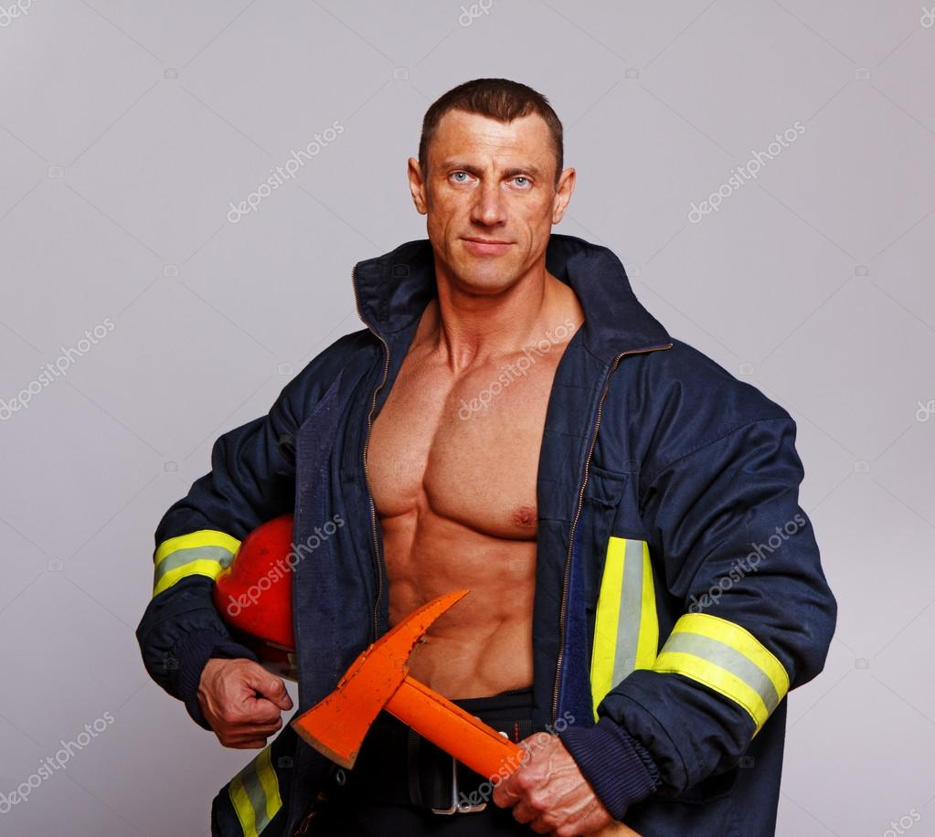 0491f09ab Foto: bombero guapo | Retrato de hombre guapo posando sobre fondo ...