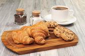 Fotografia tazza di caffè e diversi prodotti da forno