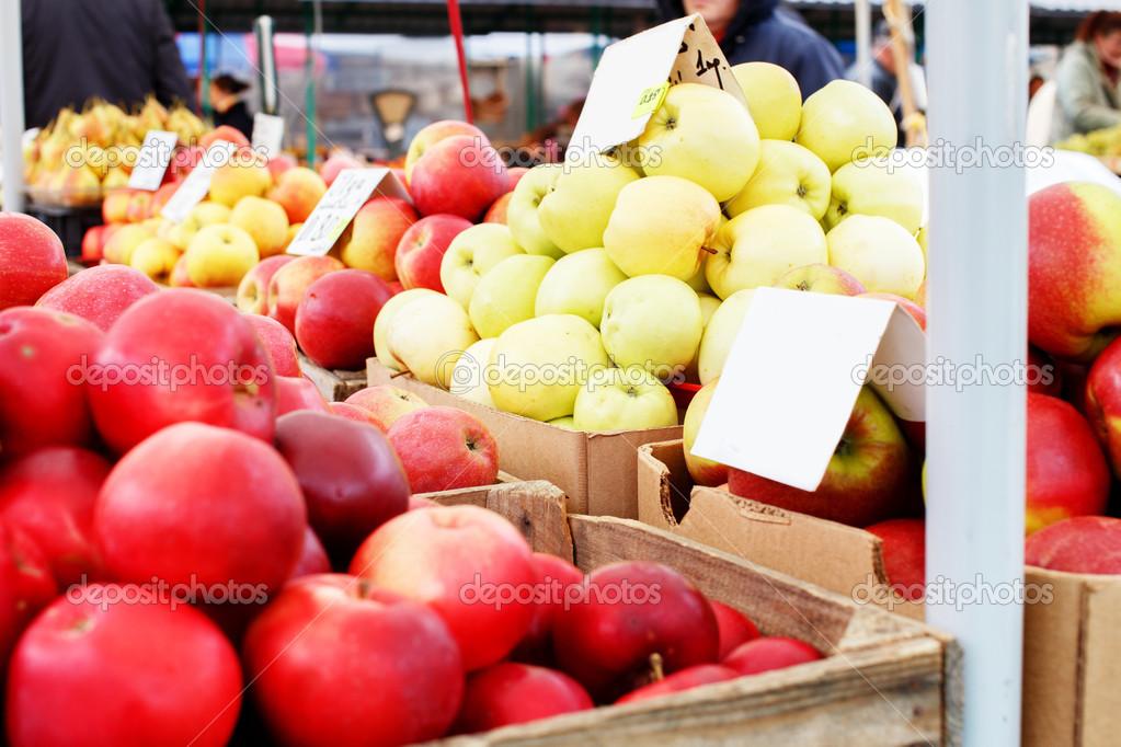 march des pommes dans des caisses en bois et carton photographie fxquadro 41702073. Black Bedroom Furniture Sets. Home Design Ideas