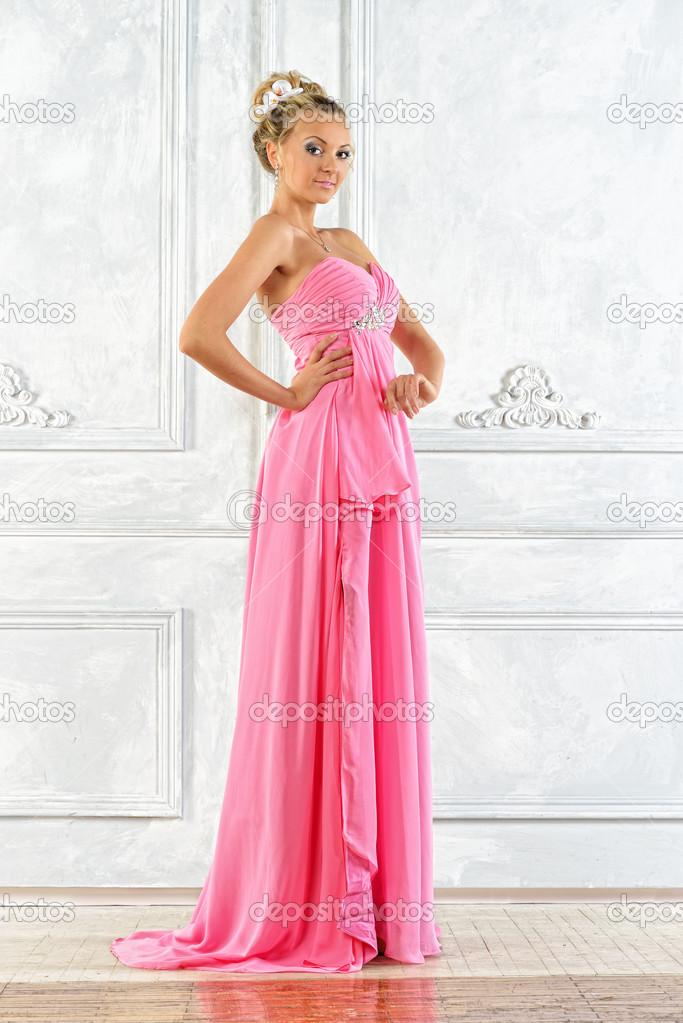 hermosa mujer rubia en rosa vestido largo de noche — Foto de stock ...