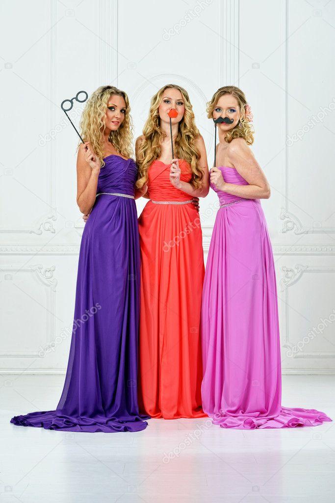 610bba2257aa τρεις γυναίκες στην βραδινή τουαλέτα με μάσκες — Φωτογραφία Αρχείου ...