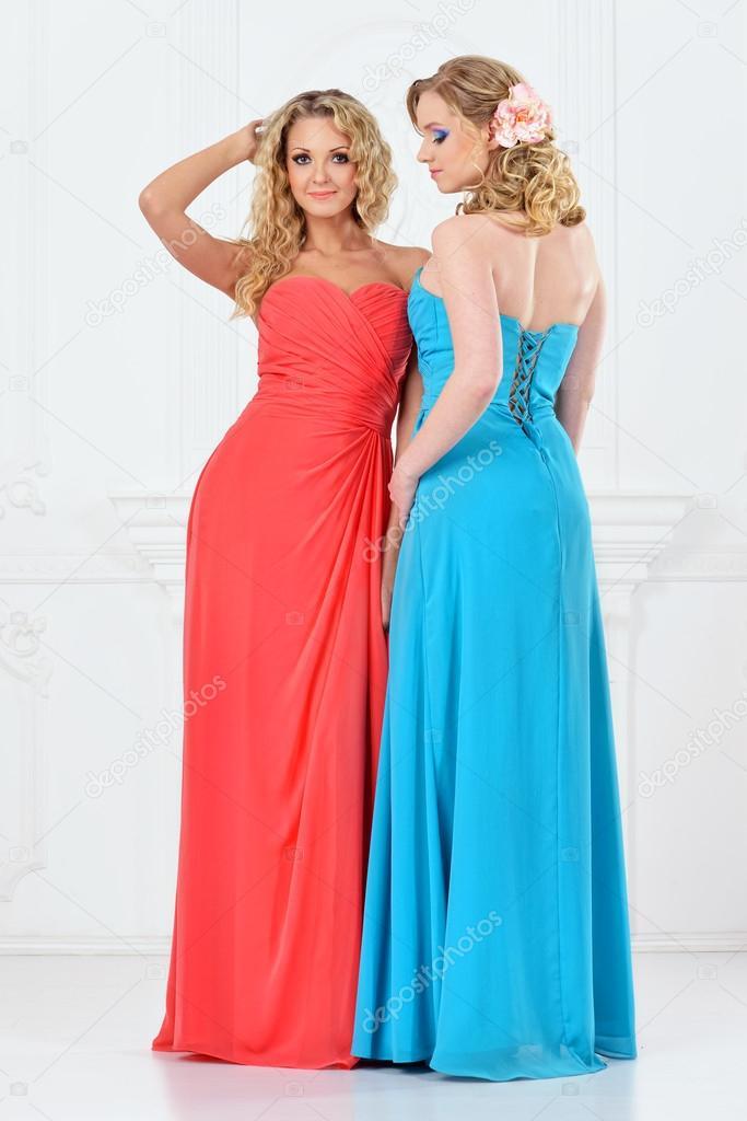 Mooie Feestjurken.Twee Mooie Vrouwen In De Avond Jurken Stockfoto C Pilgrim 20335419
