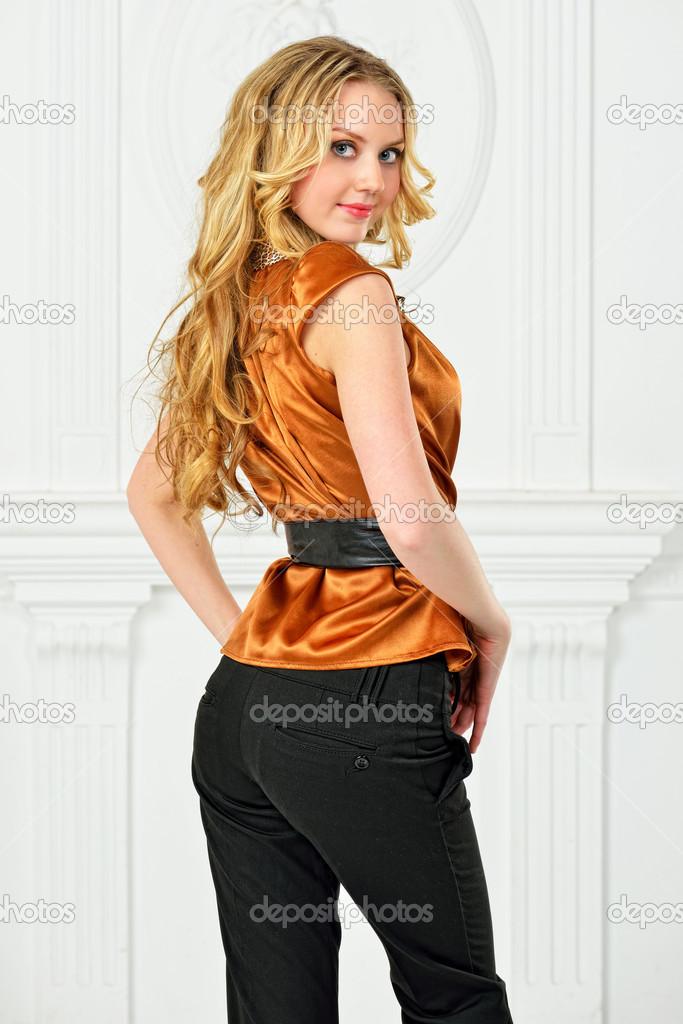 newest cd3ae 0b526 Bella bionda in camicia di colore senape. — Foto Stock ...