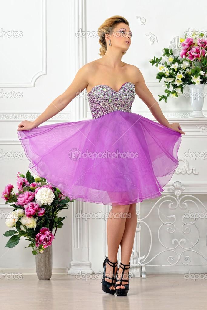 hermosa mujer en vestido violeta en estudio de lujo — Foto de stock ...