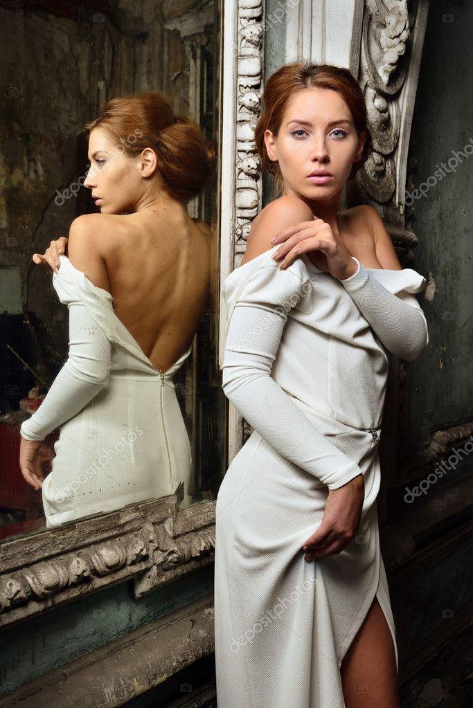 Hermosa Mujer Vestida De Blanco Con La Espalda Desnuda Fotos De