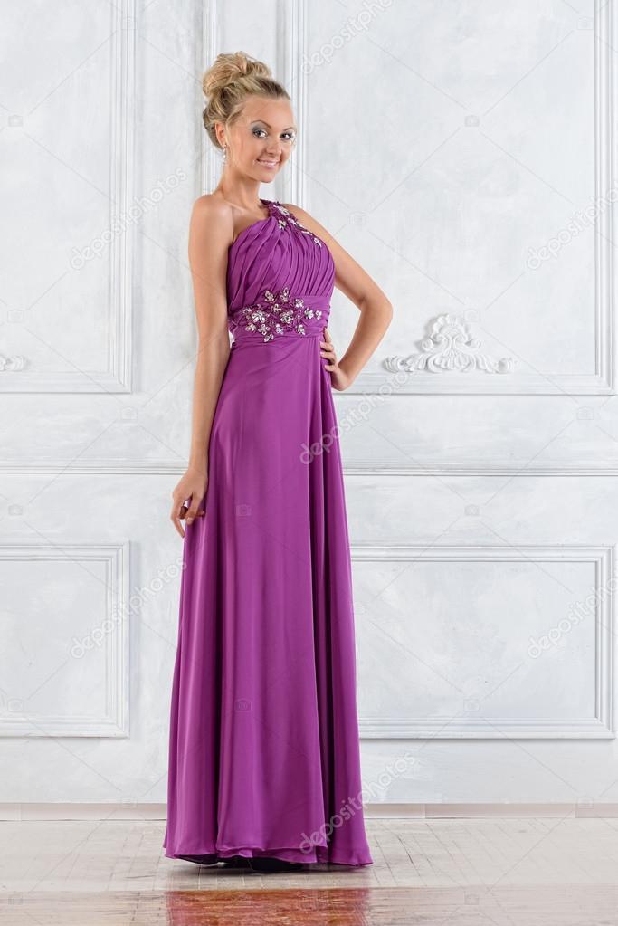 mujer hermosa en lila vestido largo en interior en blanco — Fotos de ...