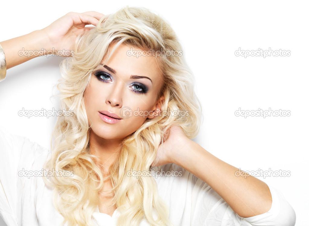 Belle femme blonde avec le maquillage de style et les - Femme blonde photo ...