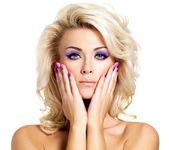 Krásná žena s krásou fialová manikúra a make-up očí