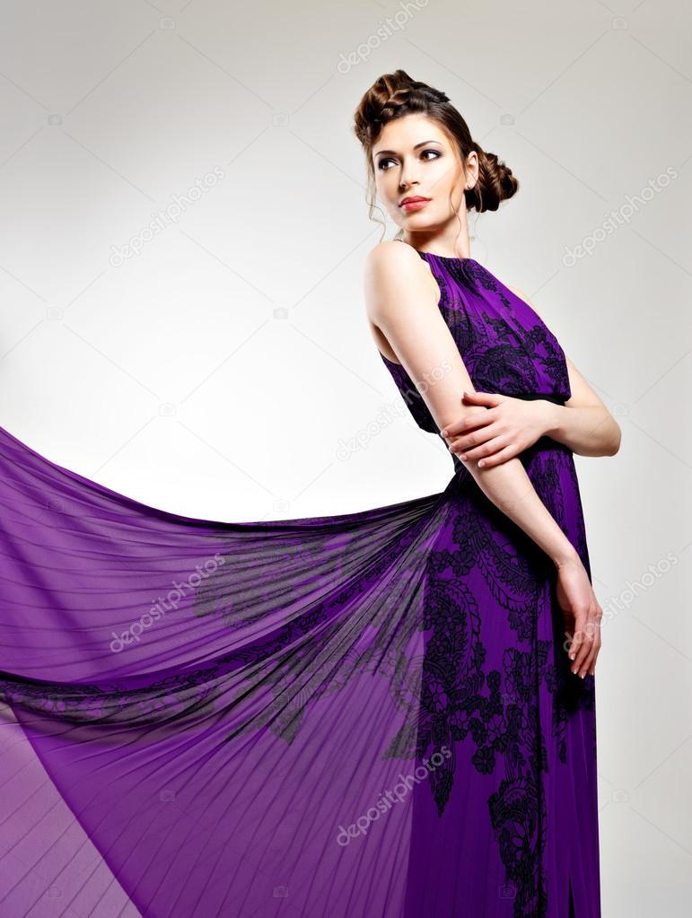 e44cd5c901f5 krásné módní žena v dlouhé fialové šaty — Stock Fotografie ...