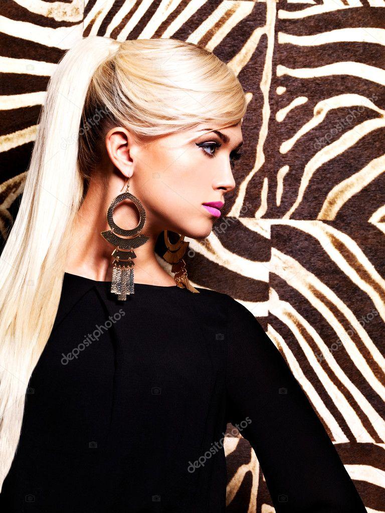Bella donna sexy con trucco moda sul viso e i capelli bianchi lunghi.  Ritratto di profilo di glamour ragazza pose su sfondo a righe creativo —  Foto di ... becd727c4097