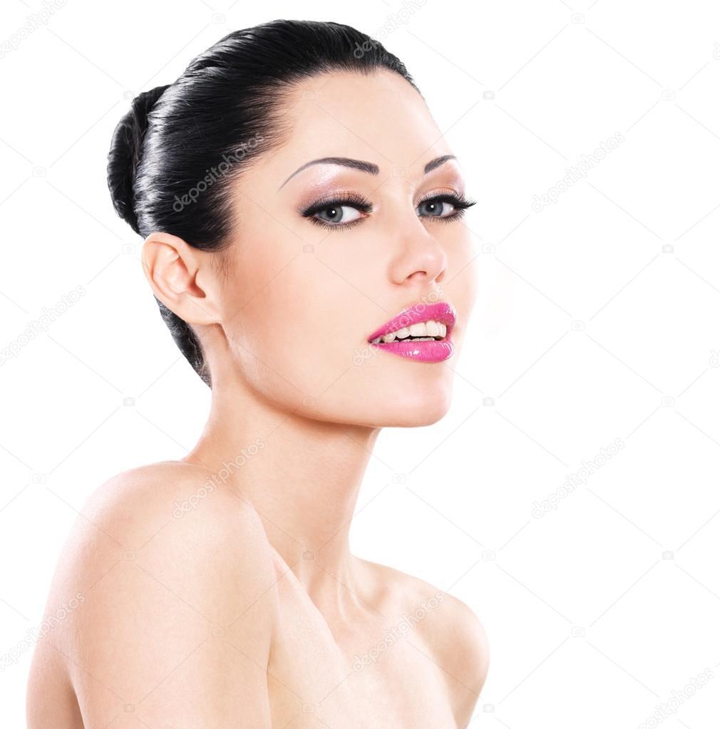 Beau visage souriant d une femme blanche aux lèvres roses isolé sur fond  blanc — Image de valuavitaly f8f002413bd