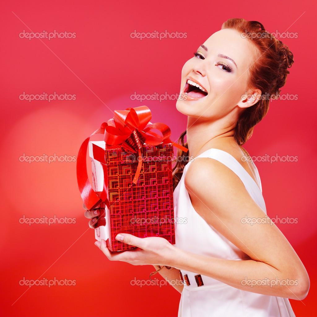 Девушка с подарком в руках фото