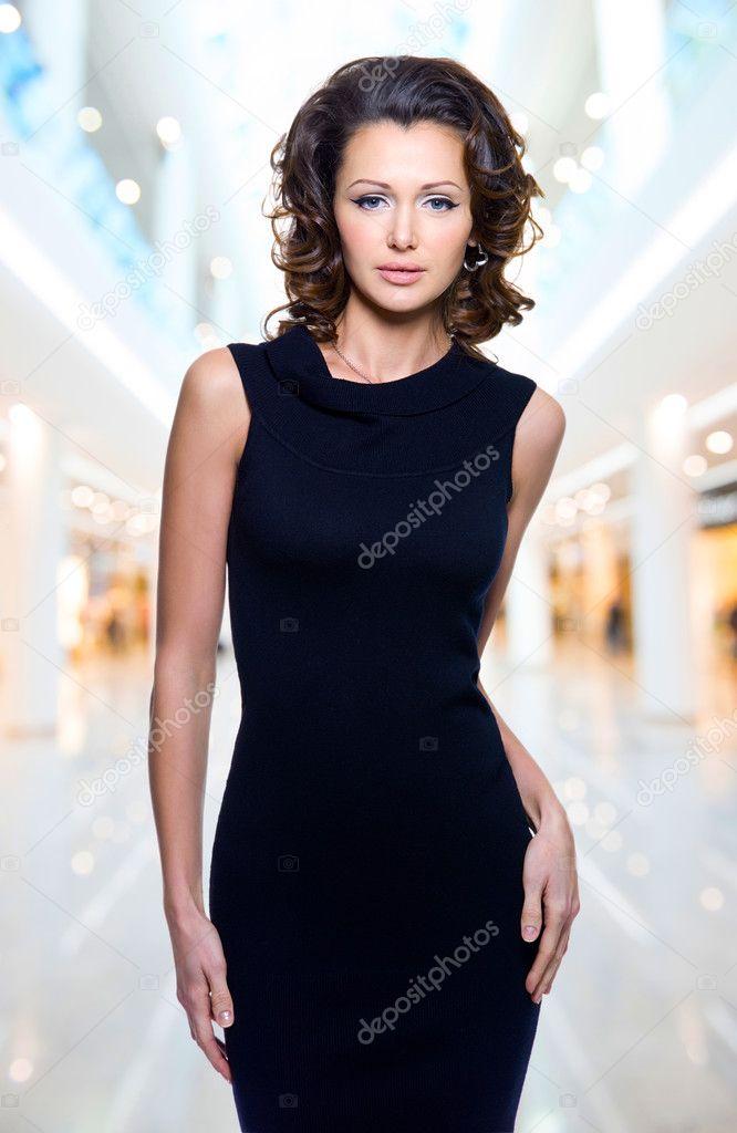 99d33ce73e55f6 Повний портрет красивою дорослий чуттєвість жінки у Чорне плаття постановки  на студії — Фото від valuavitaly