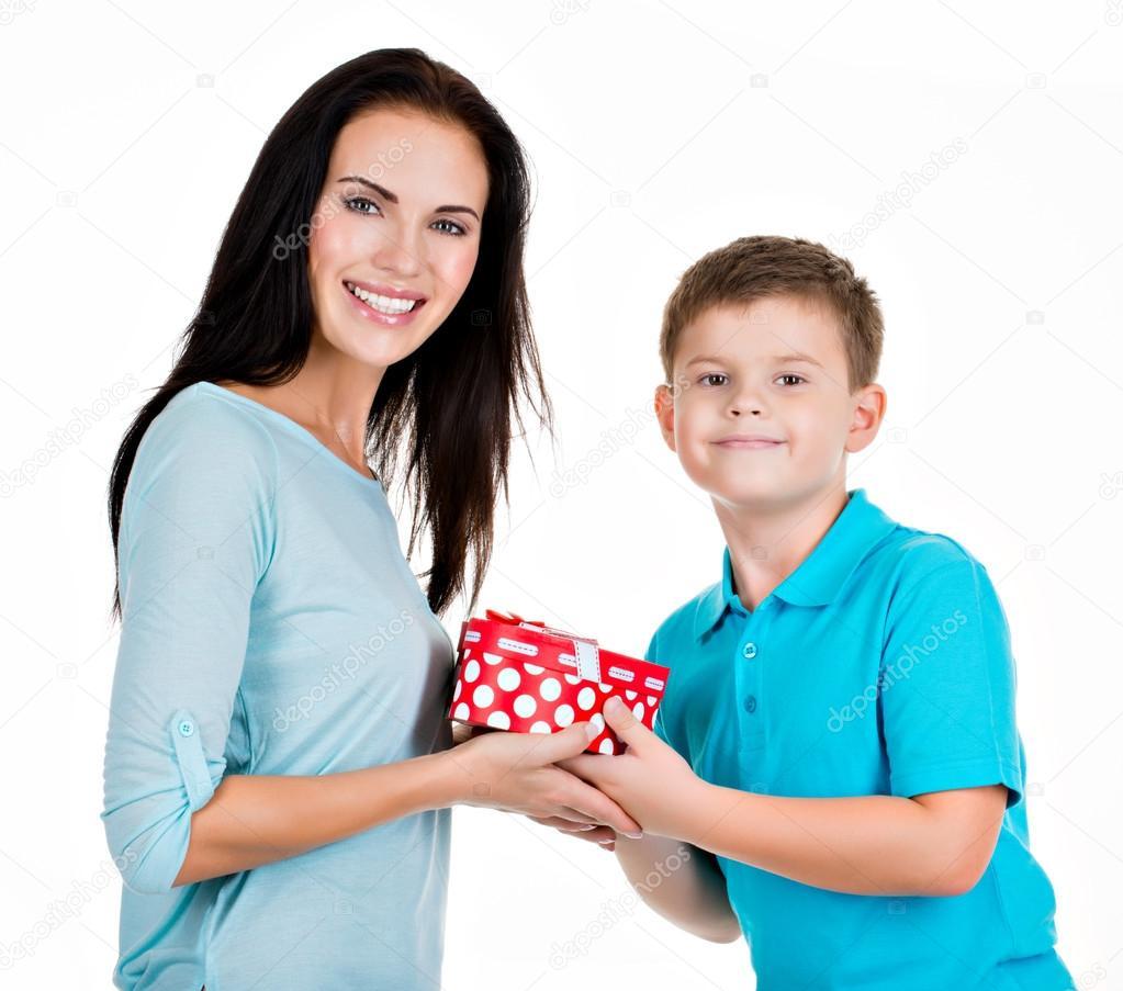 Feliz hijo dando un regalo a su madre .: fotografía de