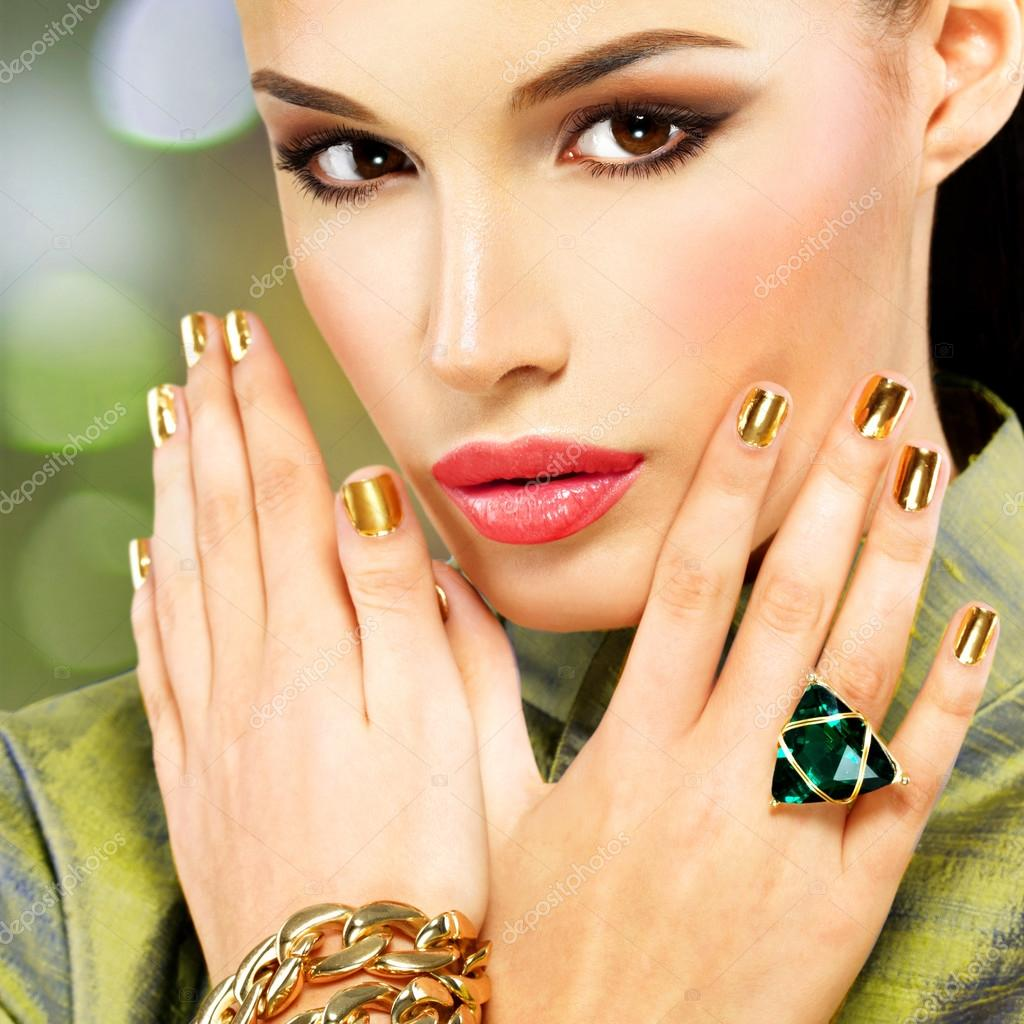 Glamour Frau mit schönen goldenen Nägel — Stockfoto © valuavitaly ...