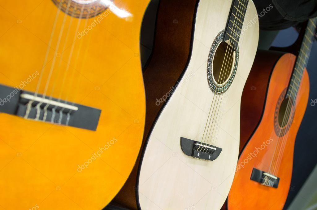 Wiersz Gitary W Sklepie Muzycznym Zdjęcie Stockowe