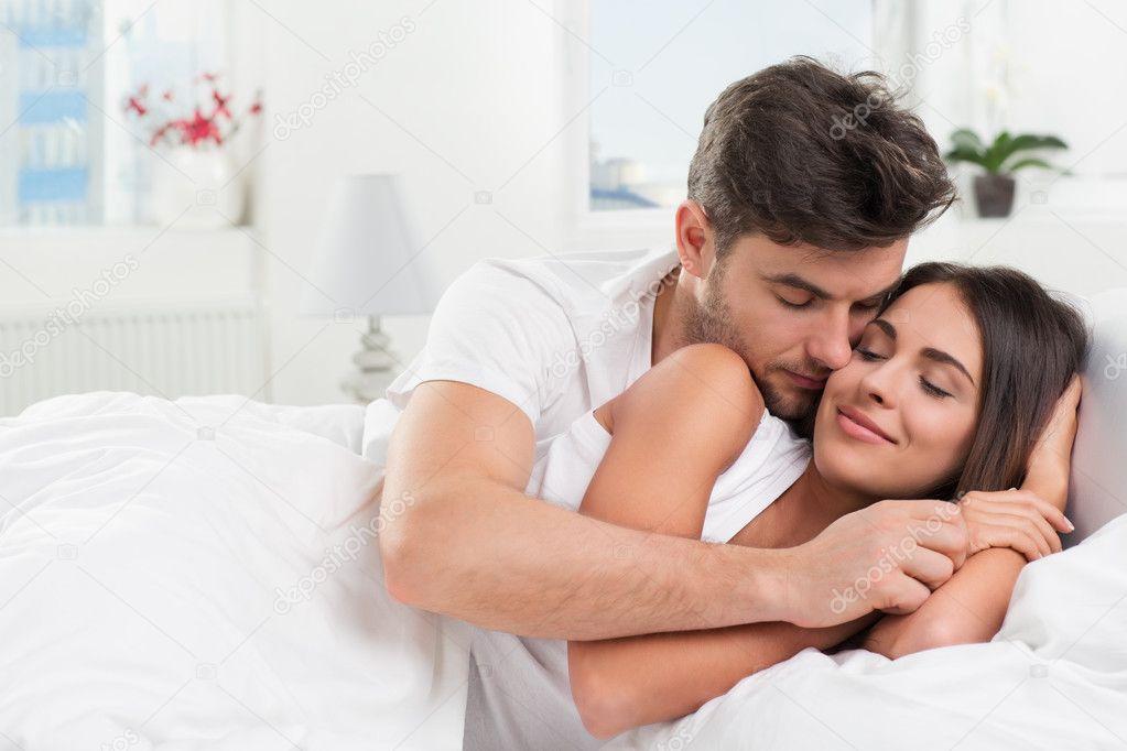 Jong volwassen paar in slaapkamer u stockfoto iuriisokolov