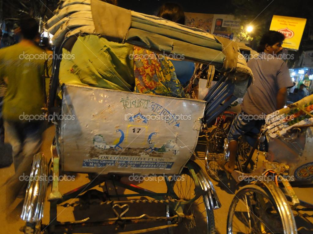 Risciò Bicicletta Tessere Attraverso Traffico Serale Foto Stock