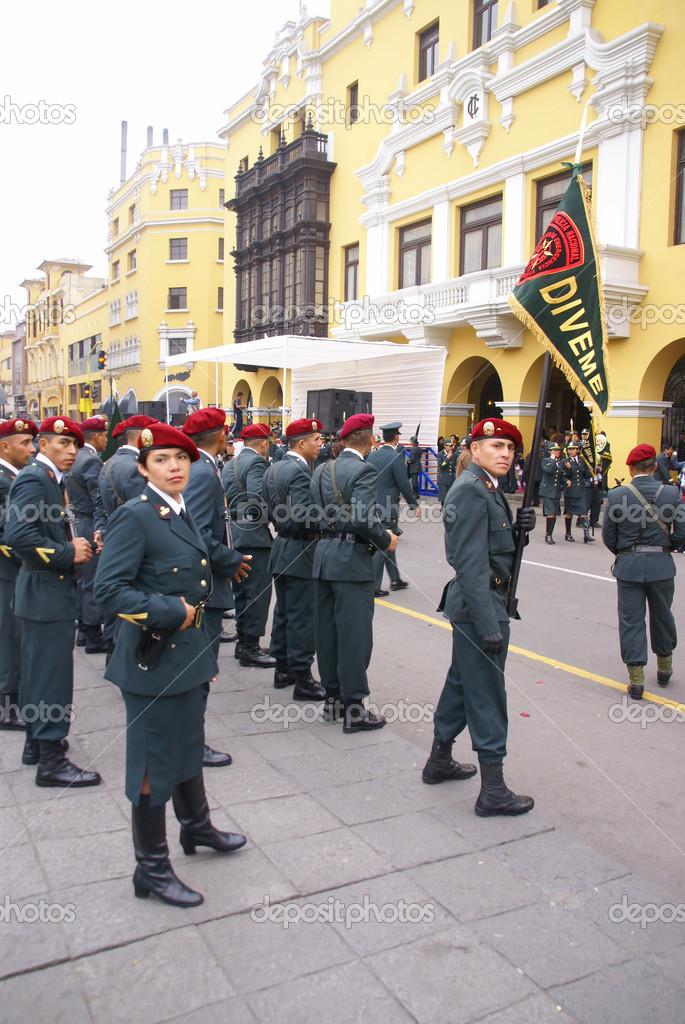 ufficiale di polizia donna in berretto rosso — Foto Editoriale Stock ... 468bfd843911