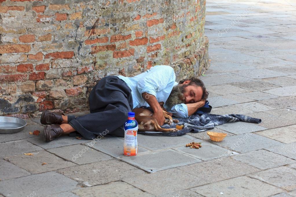 Resultado de imagem para imagens de sem abrigo a dormir na rua