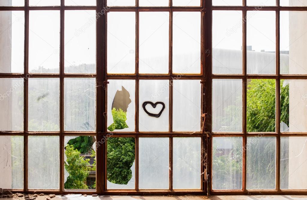 Herz auf Zerbrochene Fensterscheiben gemalt — Stockfoto © bepsimage ...