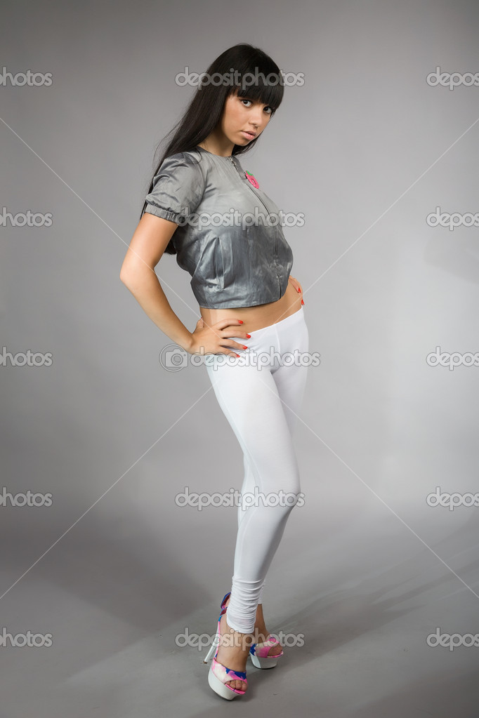 Junge Frau Mit Schwarzen Haaren Und Weißen Leggings Stockfoto