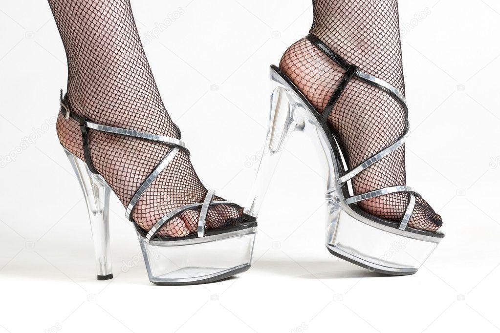 l'atteggiamento migliore design raffinato tra qualche giorno Gambe femminile in calze nere e scarpe trasparenti — Foto Stock ...