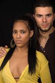 mladý pár spolu portrét na černém pozadí