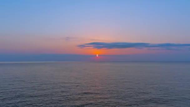 kol čas východu slunce nad mořem