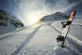 Snowboard in den Bergen