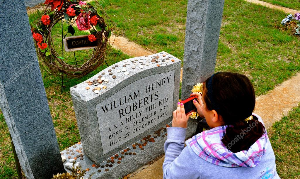 Billy The Kid Cowboy grave marker with girl — Stock Photo