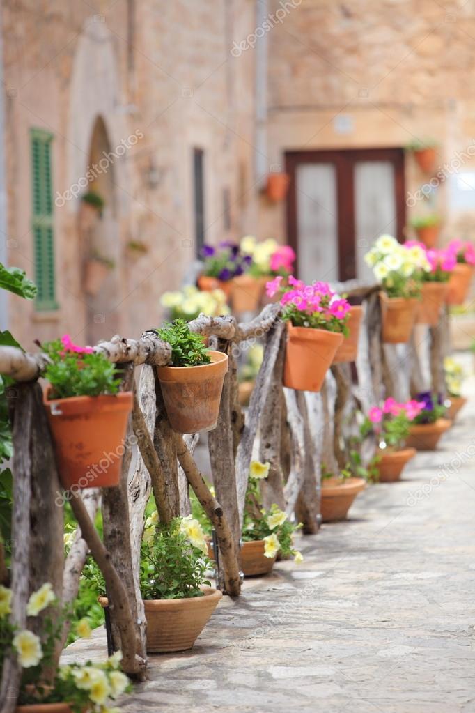 Kolorowe Kwiaty Prosty Drewniany Płot Poza Wiersz Doniczki