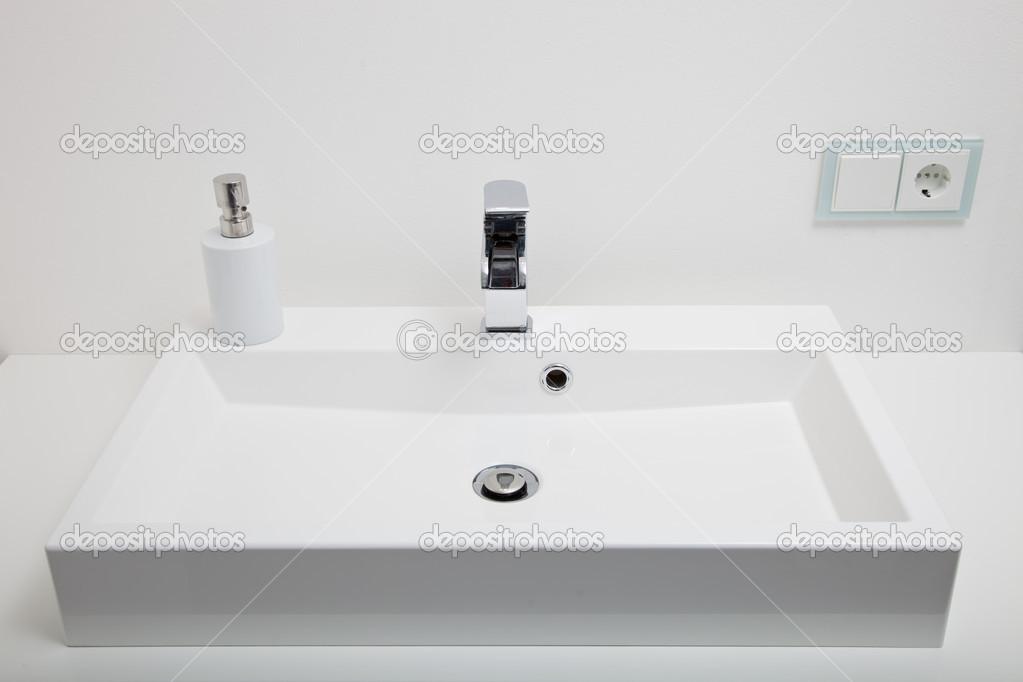 Rechthoekige Witte Wastafel : Gewone witte wastafel in een badkamer u stockfoto farina