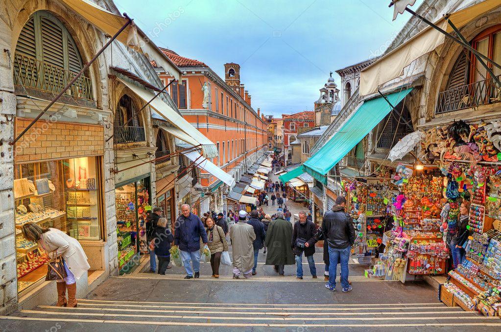Sul ponte di rialto a venezia italia foto editoriale for Negozi arredamento venezia