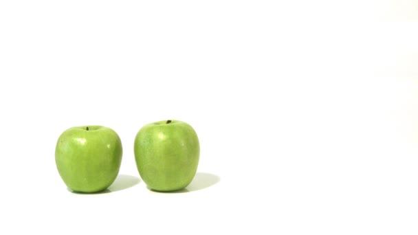 tři zelených jablek a nalévání jablečné šťávy