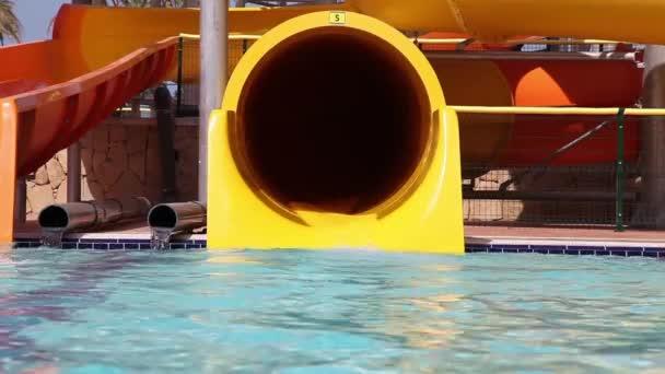 Kinder haben Spaß im Wasserpark