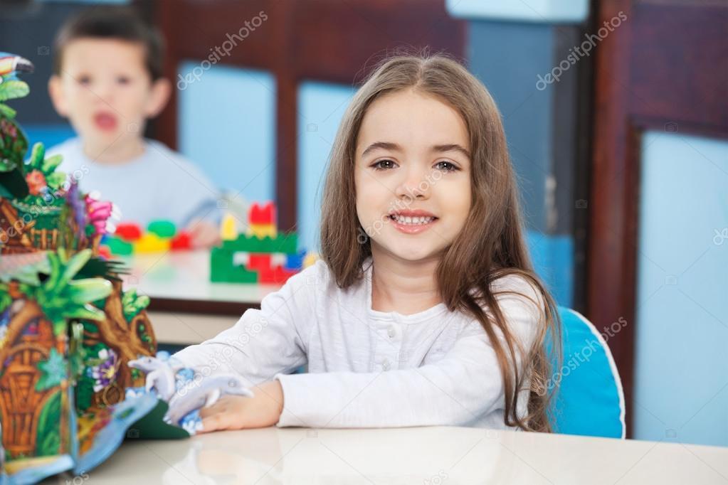 Kleines Mädchen Mit Popup Buch Im Kindergarten Stockfoto