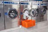 Fotografia lavatrice sovraccaricato con vestiti