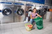 Fotografia donna con cesti di vestiti alla lavanderia