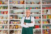 starší muž majitel stojí v supermarketu