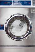 Fotografia lavatrice automatica in una lavanderia