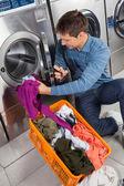 Fotografia uomo, mettere i vestiti in lavatrice