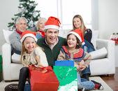 šťastná rodina s dary během Vánoc
